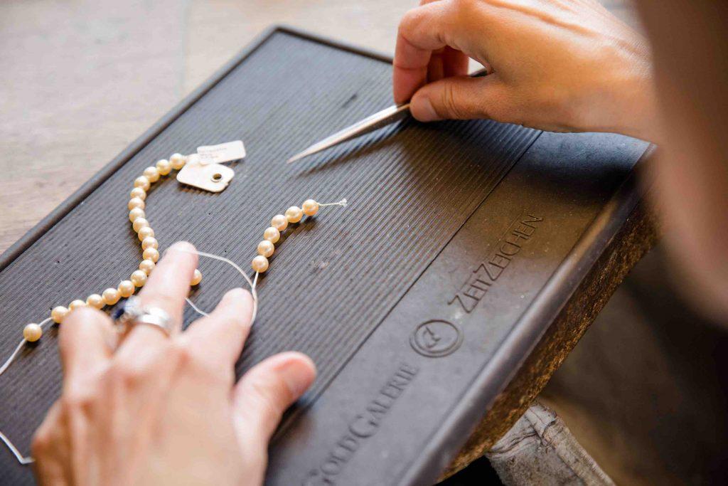 Schmuck reparieren lassen. Reparatur einer Perlenkette.